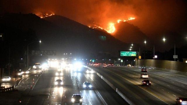 حریق طبیعی تازه در کنار موزه گتی در تپه های غرب لس آنجلس شروع شد