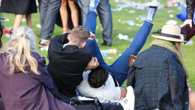 Jóvenes borrachos al aire libre