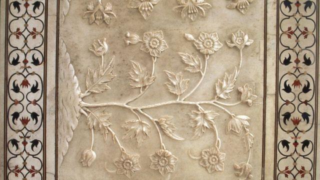 ताजमहालच्या भिंतींवर कोरलेली फुलापानांची नक्षी