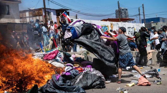 La marcha terminó con la quema de las pertenencias de los migrantes.