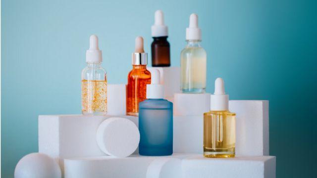 ácido hialurónico en distintos frascos.