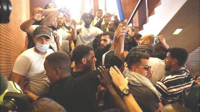 متظاهرون يقتحمون مقر البلدية في كينسينغتون