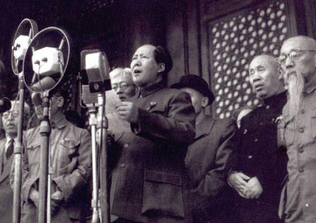 Mao Tse Tung proclama a República Popular do Portão da Paz Celestial em 1º de outubro de 1949