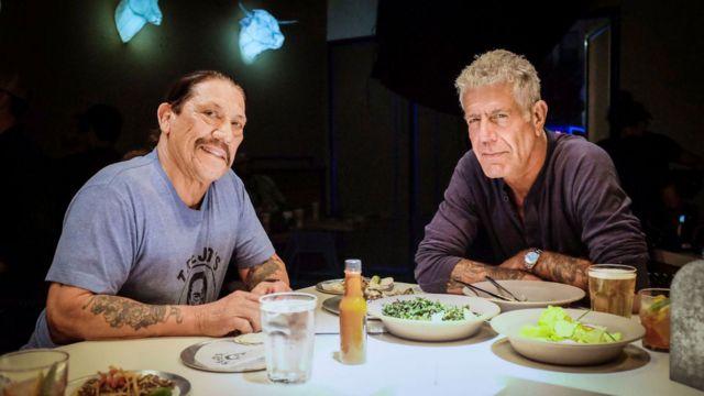 """Imagen promocional del primer episodio de la novena temporada de """"Parts Unknown"""" donde Bourdain cena con el actor Danny Trejo"""