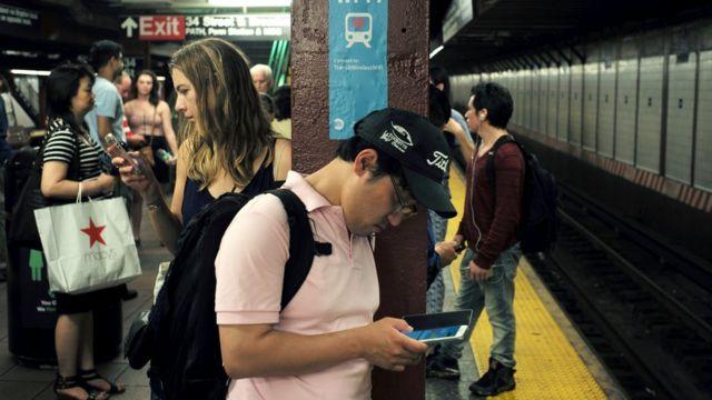 Personas en sus teléfonos