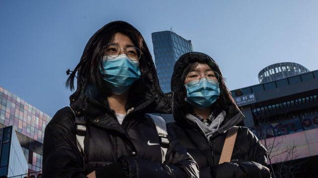 Dos personas con mascarillas o tapabocas en Pekín el 23 de enero de 2020
