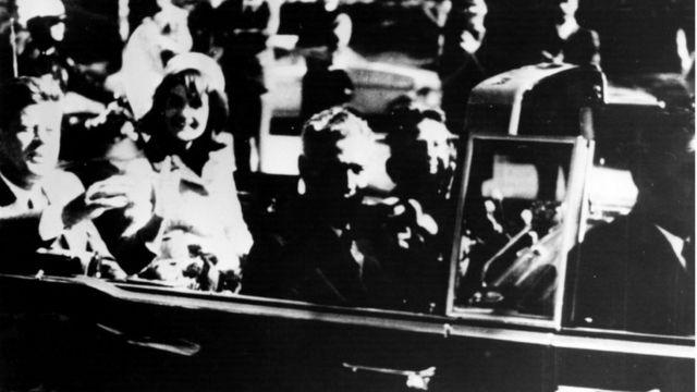 Oswald disparó a Kennedy mientras se desplazaba en un descapotable por una céntrica avenida de Dallas.