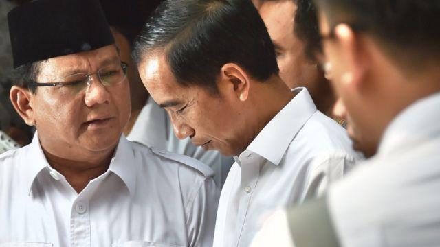 Prabowo Subianto (kiri) saat bertemu dengan Presiden Joko Widodo pada 17 Oktober 2014 lalu di rumah Prabowo, menjelang pelantikan Jokowi pada 20 Oktober 2014.
