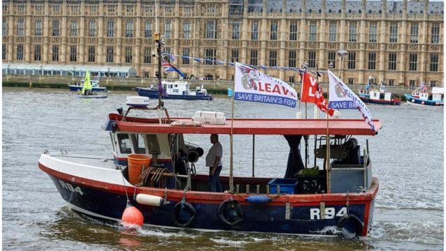 Barco faz campanha pela 'saída' no Tâmisa, em frente ao Parlamento