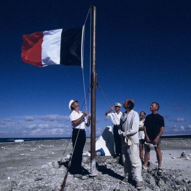 Bandera francesa en la Isla de Clipperton.