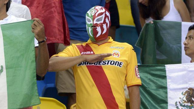 Hincha mexicano entonando el himno