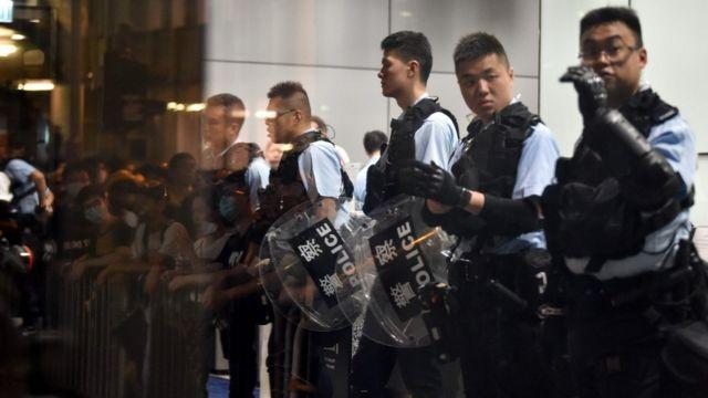 防暴警察在香港警察總部外站崗(21/6/2019)