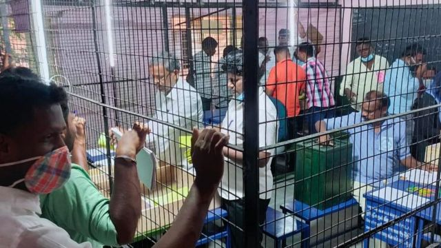 ஊரக உள்ளாட்சித் தேர்தல் நடந்த ஒன்பது மாவட்டங்களிலும் வாக்கு எண்ணிக்கை நடந்து வருகிறது.