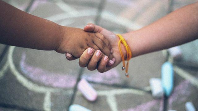 Crianças dando a mão
