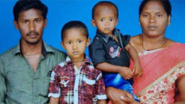 Суджит (другий справа) разом із родиною