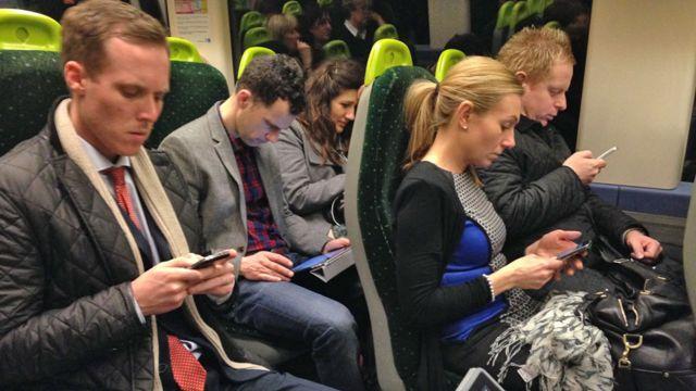 personas con celular.