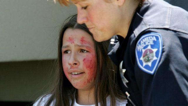 Una niña y una policía en un simulacro