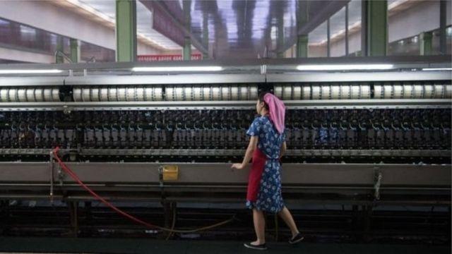 Жінка на фабриці в КНДР