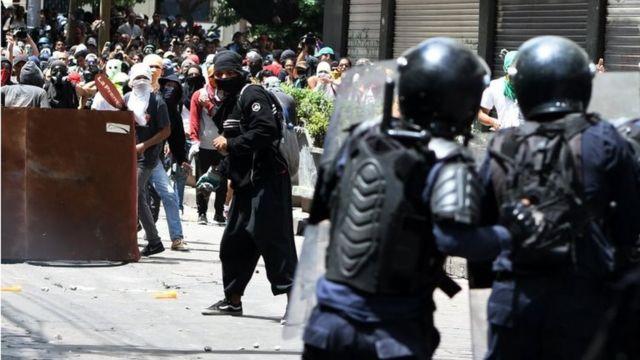 Policías y manifestantes se enfrentan