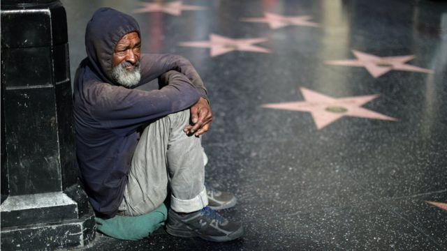 Homem sem teto em rua de Los Angeles, nos EUA. A cidade é a segunda do país, depois de Nova York, com a maior população de pessoas sem teto