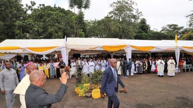 Rais John Pombe Magufuli aliwasalimia waumini wa kikatoliki Jumapili