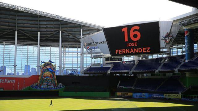 Honores a José Fernández en el estadio de los Marlins de Florida.