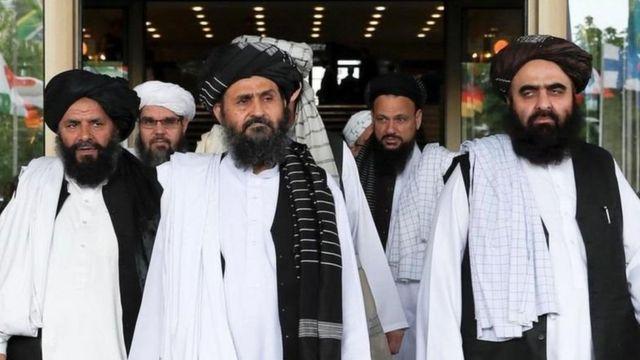 سه روز پس از تصرف کابل از سوی نظامیان طالبان، عبدالغنی برادر (نفر وسط) که معاون سیاسی گروه طالبان است وارد قندهار شد