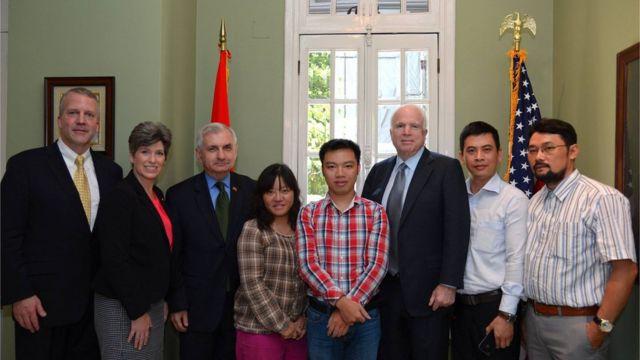 Nhà báo bất đồng chính kiến Phạm Đoan Trang (giữa) trong một lần gặp gỡ các chính khách quốc tế