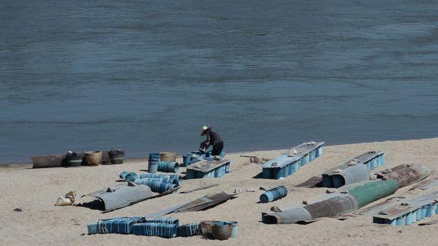 ชาวบ้านนำถั่วงอกที่ตนเองปลูกมาล้างที่ริมแม่น้ำโขงในช่วงเช้า
