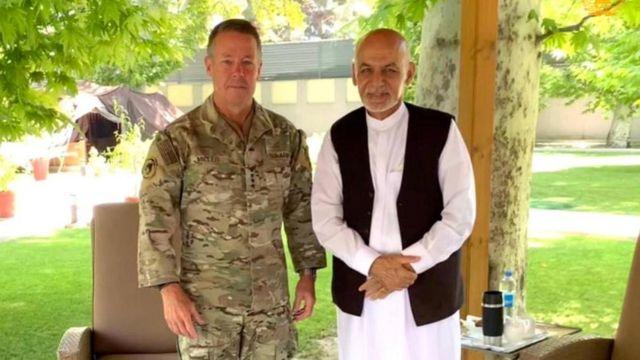 Командующий силами США в Афганистане генерал Остин Миллер и президент Афганистана Ашраф Гани