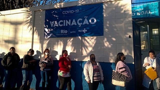 Fila para vacinação contra covid-19 no Rio de Janeiro