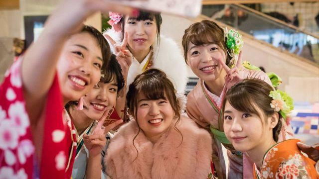 Jovens japonesas fazem selfie