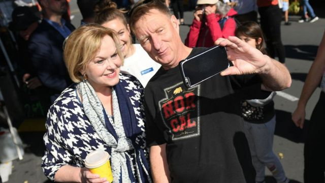 Un seguidor se toma un selfie con Judith Collins.