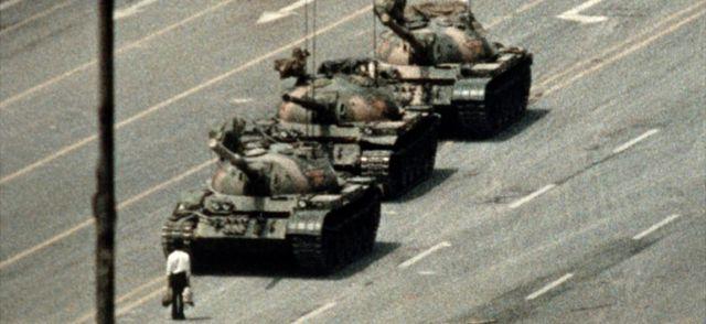 Fotografija čoveka ispred tenka na trgu Tjenanmen u Pekingu 1989. godine.