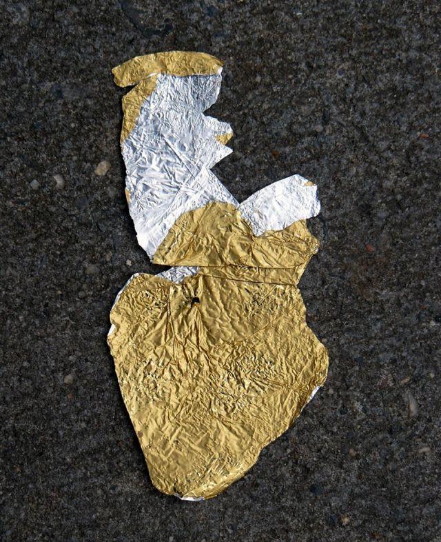 Envoltorio dorado aplastado.