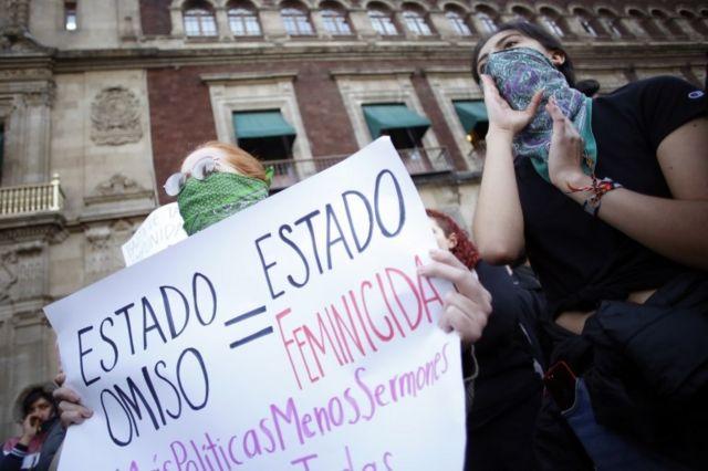 Mulheres protestam contra feminicídios