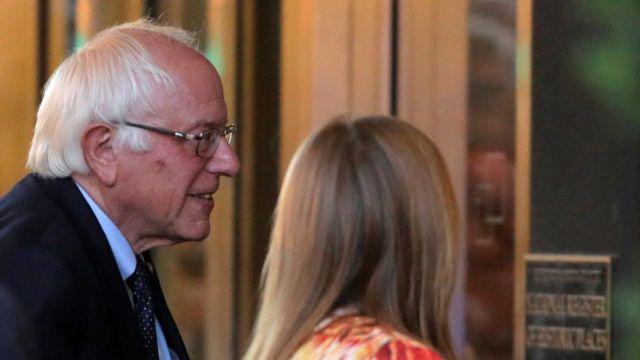 Bernie Sanfers y su esposa