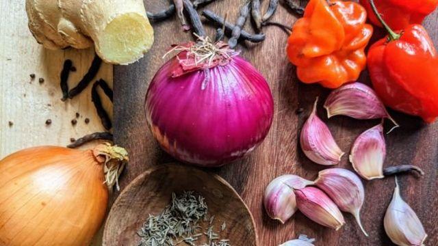 Le plat est parfumé au gingembre, à l'ail, au thym, aux oignons, aux grains de selim et aux piments Scotch bonnet