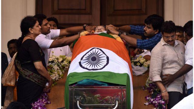 হিন্দু ধর্মমতে দাহ না করে কবর দেয়া হয়েছে জয়াললিতাকে
