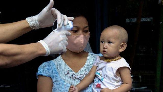 للفيروس عدد من التشوهات ، لا سيما في انتشاره ، والتي على عكس الفيروسات الأخرى ، لا تسبب سوى عدد قليل من الأعراض لدى الأطفال.