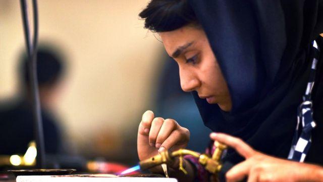 هنرمندان جوان افغانستان در بنياد بريتانيايى فيروزكوه در كابل مجموعه الينا را ساختهاند