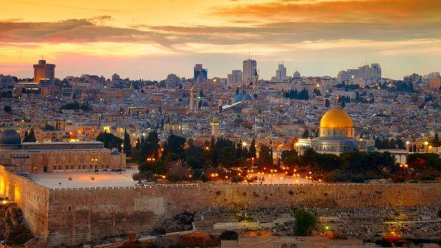 Construções históricas e prédios modernos sob o entardecer em Jerusalém