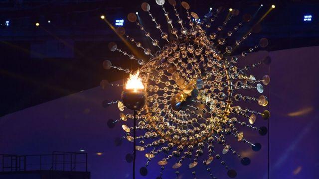 Pira olímpica, example da mensagem de sustentabilidade e relativamente baixo custo que marcou cerimônia
