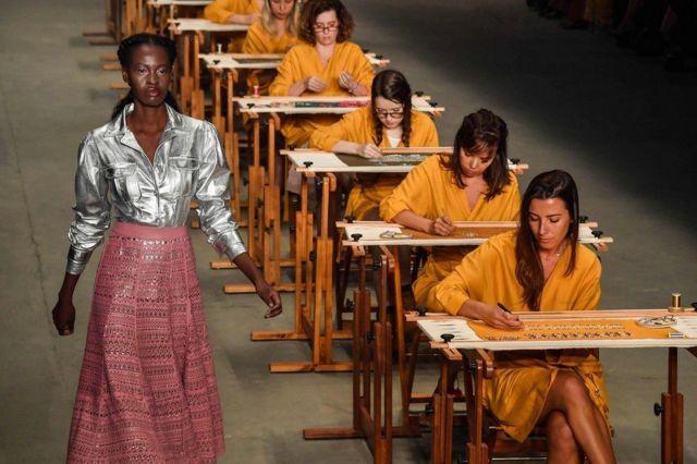 ဘရားဇီလ်း နိုင်ငံ Sao Pauloမြို့တော်က ဖက်ရှင် သီတင်းပတ်မှာ ဒီဇိုင်နာ Patricia Viera ဖန်တီးထားတဲ့ ဝတ်စုံကို ဝတ်ဆင်လာတဲ့ မော်ဒယ်။