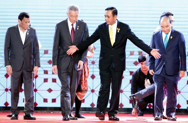 Tổng thống Philippines cùng Thủ tướng Singapore, Thái Lan và Việt Nam tại Lễ khai mạc Thượng đỉnh ASEAN lần thứ 34 tại Thái Lan.