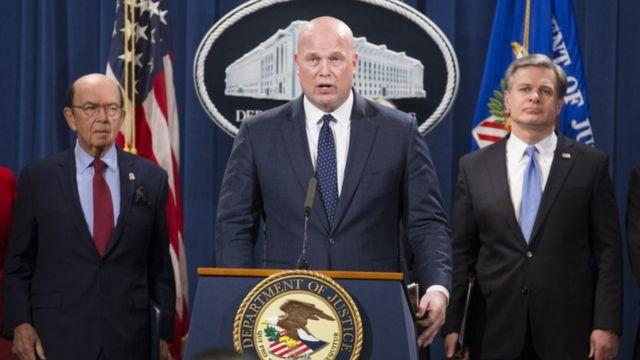 El Fiscal General Interino Matthew Whitaker (centro) habla al lado del Secretario de Comercio de Estados Unidos, Wilbur Ross (izquierda) y del Director de la Oficina Federal de Investigaciones (FBI), Christopher Wray (derecha) durante una conferencia de prensa para anunciar los cargos contra Huawei de China.