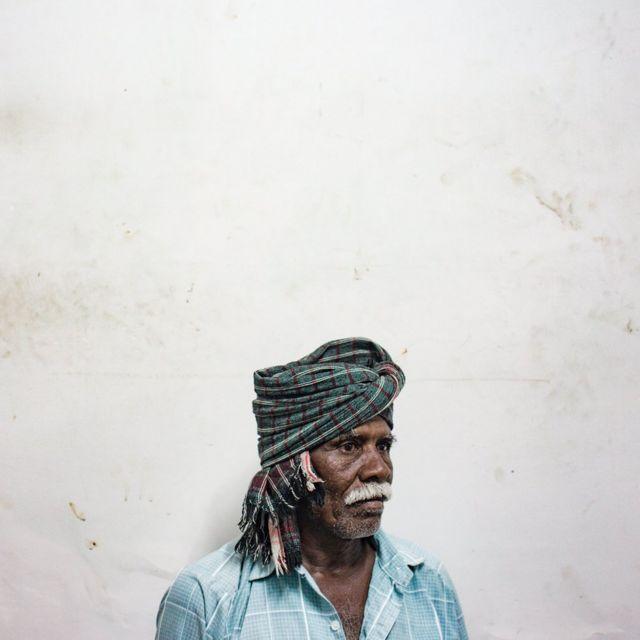 کارپول د هند په تامل ناډو کې یو مهال بزګري کوله، خو اوس د ودانیزو چارو مزدور په توګه هره ورځ نژدې ۴۰۰ روپۍ ګټي