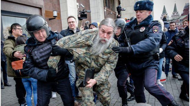 У Москві затримують людей на Манежній і на Пушкінській площах
