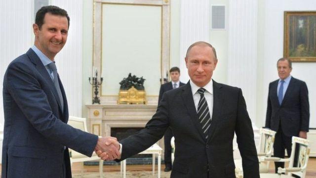Prezida Assad (ibufamfu) na Vladmir Putin (iburyo) arongoye igihugu c'Uburusiya