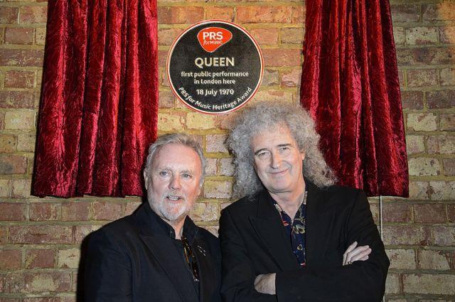 Роджер Тейлор и Брайан Мэй открывают мемориальную доску в честь первого выступления Queen в альма-матер Мэя, Имперском колледже в Лондоне. 5 марта 2013 г.